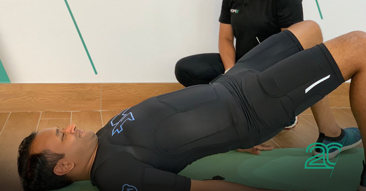 Man working out in a 20perfit EMS suit inside a 20perfit gym studio
